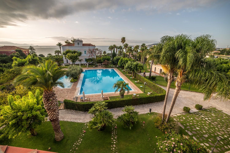 Relax a gaeta con giardini e piscine villa irlanda grand for Piscina in giardino