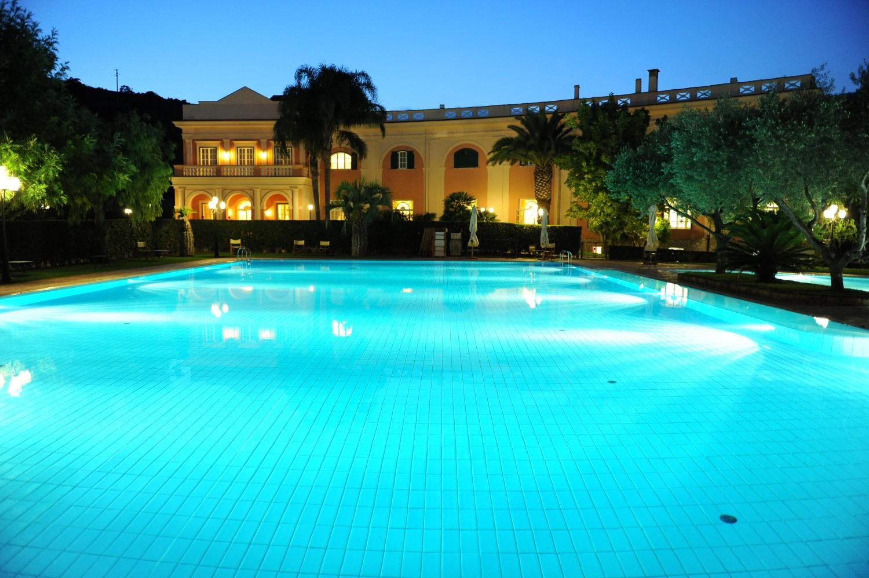 Relax a gaeta con giardini e piscine villa irlanda grand for Sedute per piscine